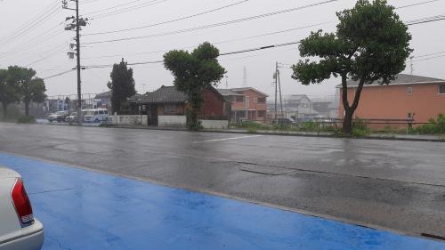 バケツの水をひっくり返したような雨